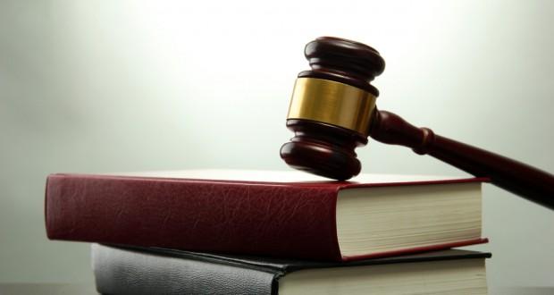 σφυρί σε νομικά βιβλία