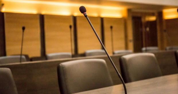 Επιτροπή, άδεια έδρανα με μικρόφωνα