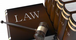 νομικά βιβλία, σφυρί, δικαστική απόφαση