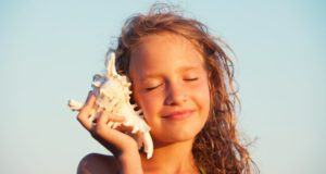 κορίτσι, κοχύλι στο αυτί, καλοκαίρι