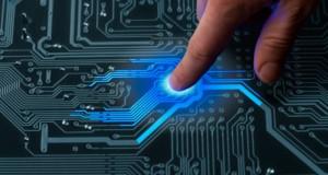 προηγμένη τεχνολογία, δάχτυλο πατά ηλεκτρονικό κύκλωμα