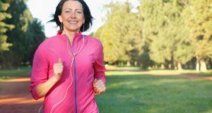 άσκηση, γυναίκα τρέχει στο πάρκο
