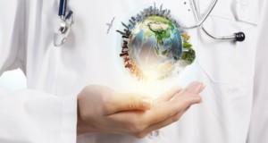 ιατρικός τουρισμός, τουρισμός υγείας, γιατρός με υδρόγειο στο χέρι