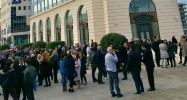 Εργαζόμενοι της INTERAMERICAN έξω από το κεντρικά γραφεία της εταιρείας