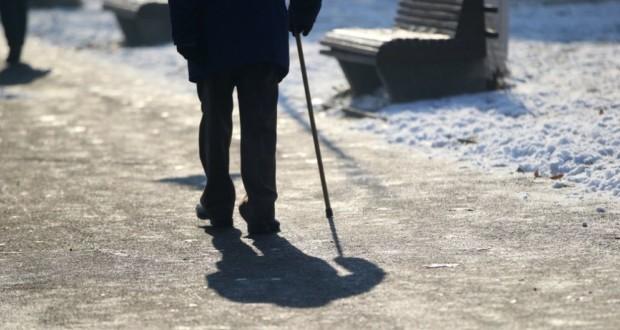 άνδρας με μπαστούνι, χιονισμένος δρόμος